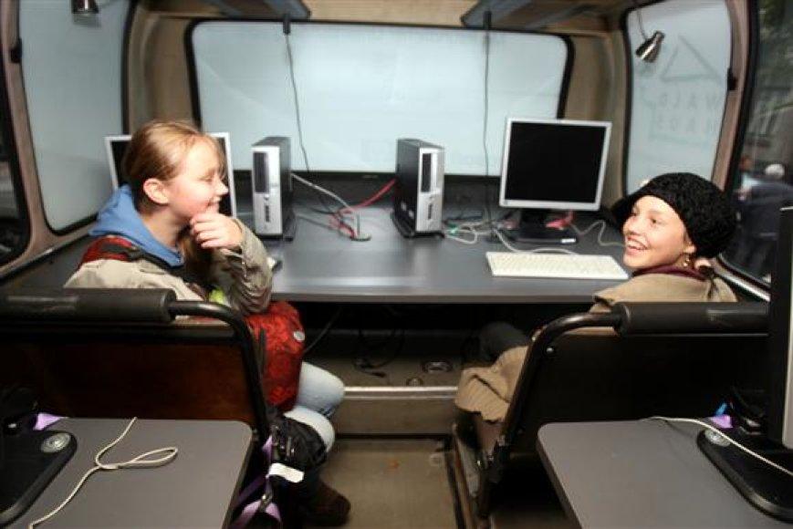 Autobuse įrengtos 8 mokymosi vietos, kiekvienoje jų yra po plokščią monitorių, klaviatūrą bei kompiuterinę pelę.