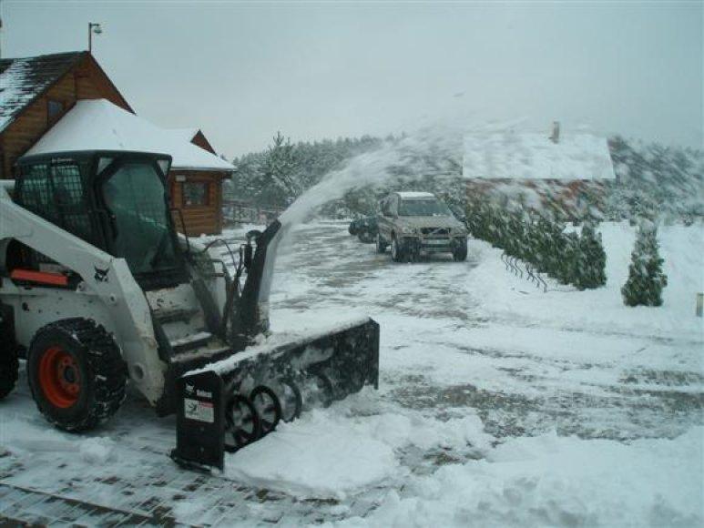 Kauno rajono keliuose pluša sniego valymo technika.