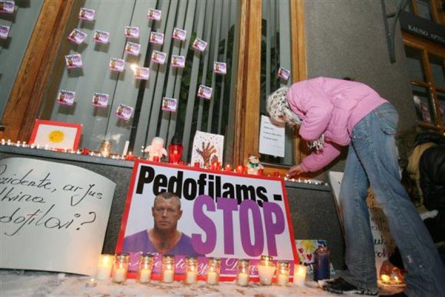Po praėjusių metų spalio pradžioje kilusio pedofilijos skandalo kiek aprimusią visuomenę vėl įaudrino žinios, jog verslininkui A.Ūsui buvo panaikinti įtarimai D.Kedžio dukters seksualiniu prievartavimu.