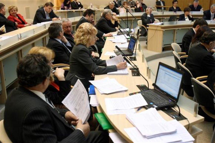 Nors klausimas dėl išmokų mažinimo taryboje sukėlė daug diskusijų, galiausiai šį sprendimą politikai priėmė pakankamai vieningai.