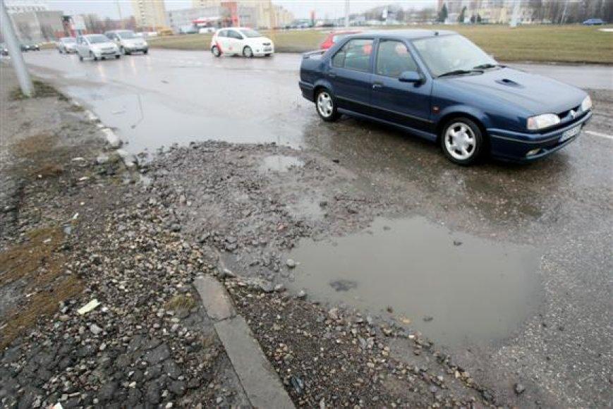Kelininkai atkreipia dėmesį, jog gilios ir aštriakampės duobės didžiausią pavojų miestiečių automobiliams kelia tuomet, kai jos būna sklidinos vandens.