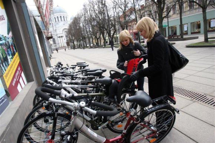 Išsinuomoti dviratį norintis klientas turi pateikti savo asmens dokumentą bei nusifotografuoti. Tuomet, pasirašęs vietoje parengtą sutartį, žmogus jau gali sėsti ant dviračio.