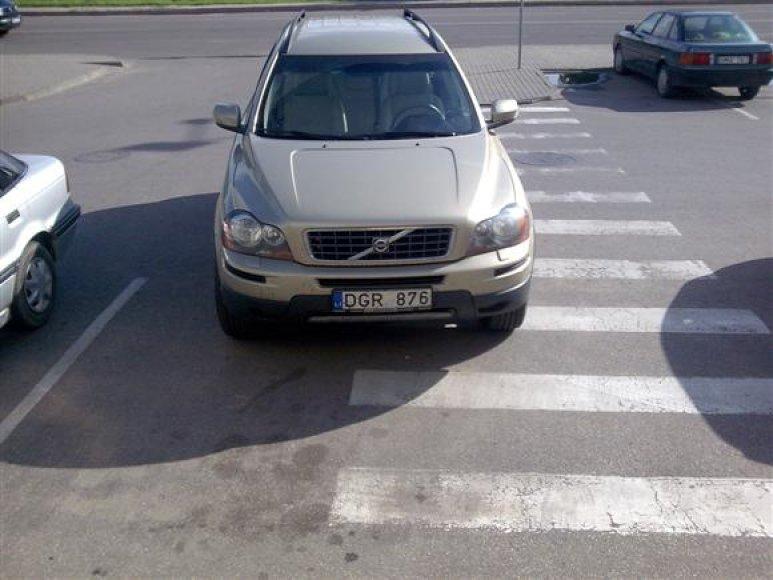 """L.Lapkauskaitės visureigis """"Volvo XC90"""", pastatytas ant pėsčiųjų perėjos"""