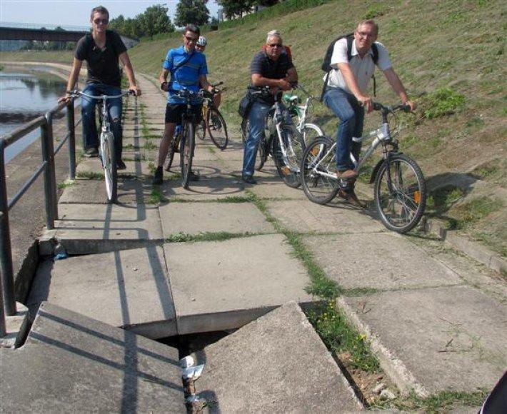 Ši greta Nemuno einančiame dviračių take žiojėjanti duobė kelia didžiulį pavojų. Deja, atsakingi savivaldybės valdininkai ją sutvarkyti žada tik rudenį.