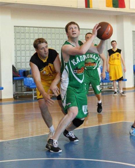 Kauno tarybos narys Simonas Kairys (su kamuoliu)