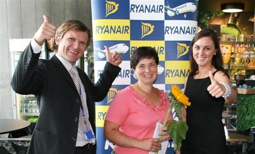 """Iš kairės: Kauno oro uosto generalinis direktorius Arijandas Šliūpas, 3 mln. keleivė Dalė Urbonienė, """"Ryanair"""" pardavimo ir rinkodaros vadovė Katarzyna Gaborec"""