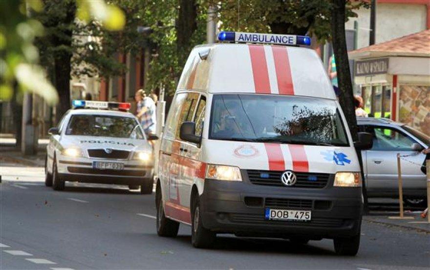 Policija stebi, ar vairuotojai duoda kelią su įjungtais švyturėliais važiuojančiam transportui.