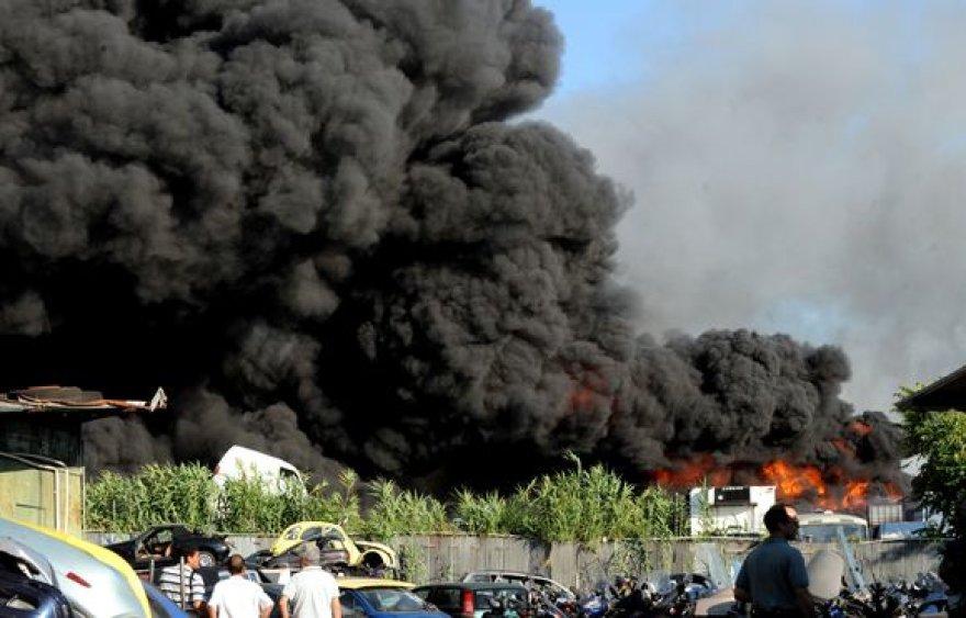 Italijos sostinėje sudegė 1000 automobilių