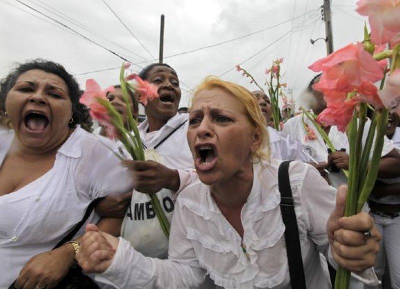 Pareigūnės moterys suvarė protestuotojas į du autobusus