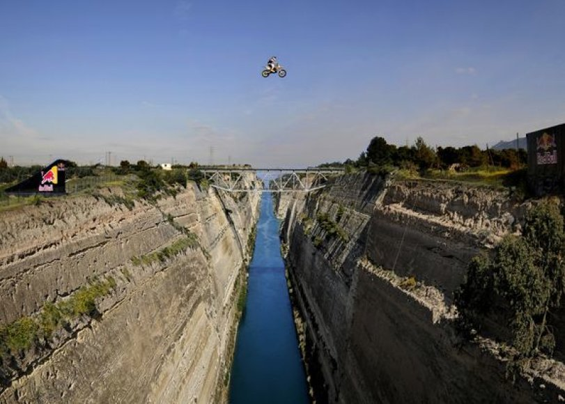 Šuolis per Korinto kanalą