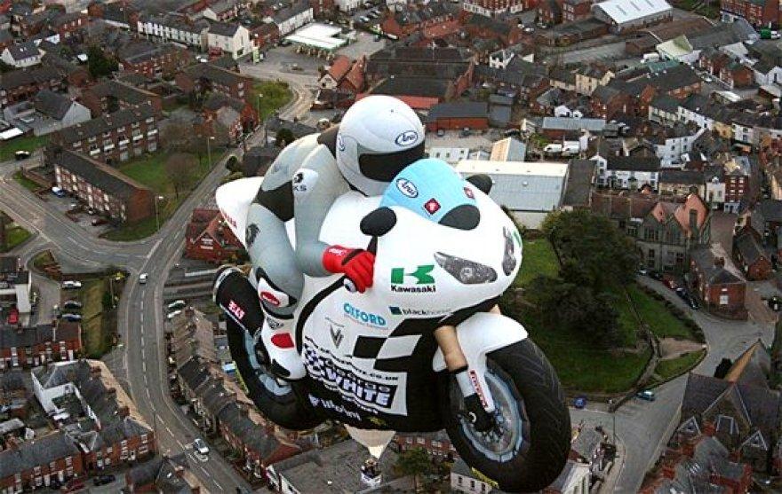 Oro balionas motociklo pavidalu
