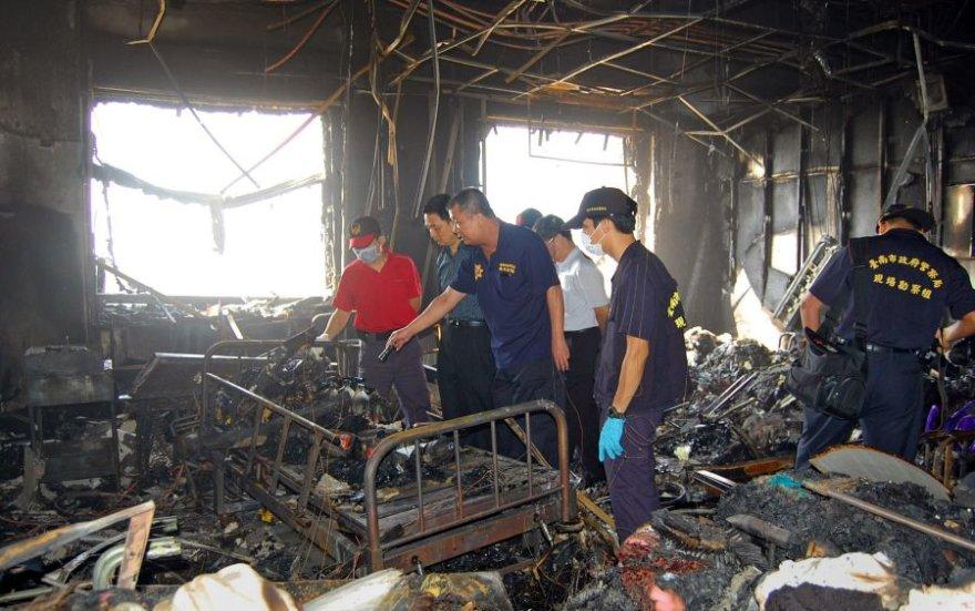 Specialistai apžiūri sudegusias ligoninės patalpas.