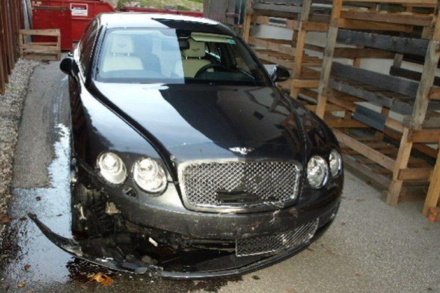 "Apdaužytas automobilis ""Bentley"" aptiktas prie Vokietijos biurų pastato."