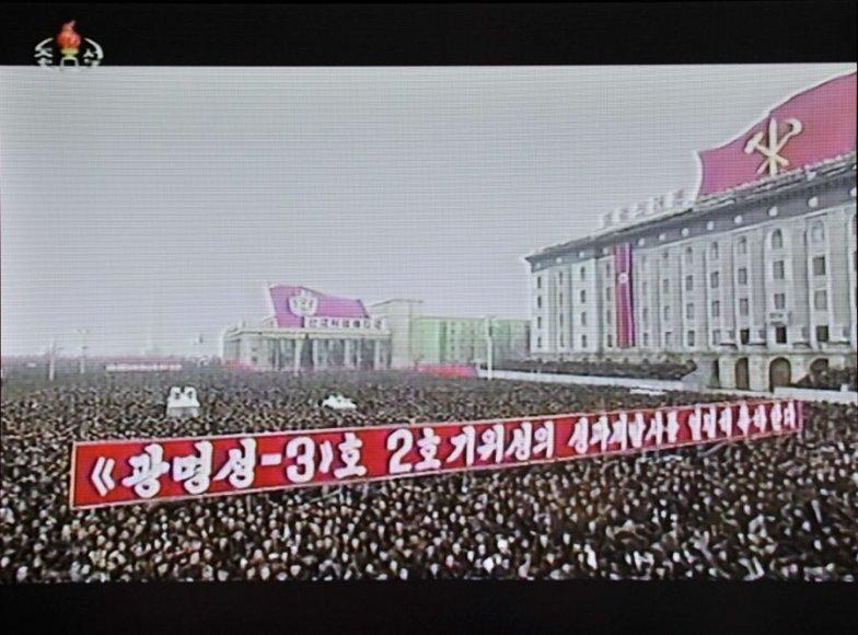 Per televiziją parodyti vaizdai, kuriuose matyti minios į Pchenjano aikštę susirinkusių žmonių.