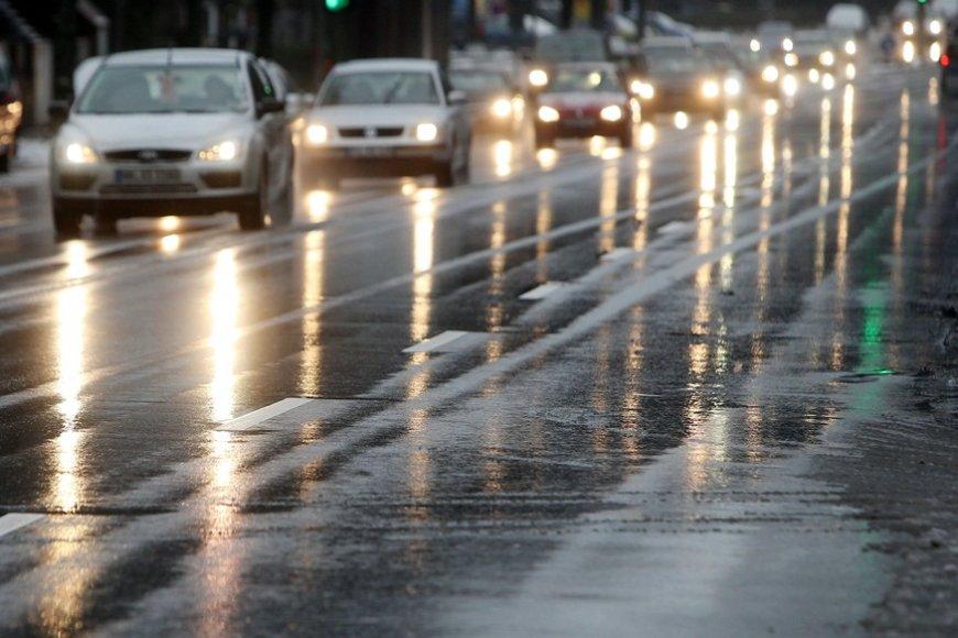 Lijundra ir šaltis ledu padengė ir automobilius, ir kelius.