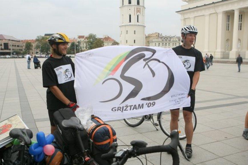 Pirmadienį Vilniuje, Katedros aikštėje įvyko žygeivių, dviračiais per dvi savaites atkeliavusių iš Londono į Vilnių, sutikimas. Manvydas Džiaugys ir Marius Puluikis savo jėgomis įveikė maždaug 2500 km.