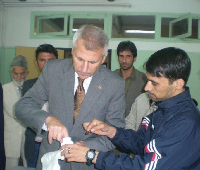 V.Ušackas šeštadienį Kabule pats išbandė balsavimo procedūrą: atėjęs rinkėjas užsiregistruoja, tuomet pamirko pirštą į specialų rašalą ir eina balsuoti.