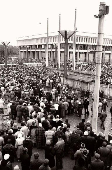 1991 metų sausį ginti tuometės Aukščiausios Tarybos rūmų ir kitų svarbių pastatų rinkosi daugiatūkstantinės žmonių minios.