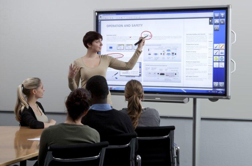 """""""Sharp"""" 70 colių įstrižainės interaktyvus ekranas, išsiskiriantis 4K raiška (3840 x 2160 tšk.)"""