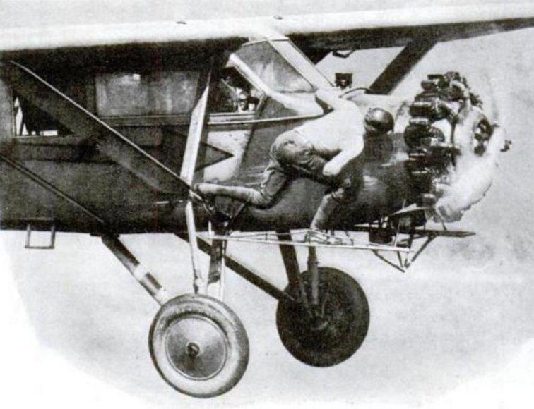 Broliai Kennethas ir Johnas Hunteriai lėktuvo variklio žvakes skrydžio metu keitė tam, kad pasiektų skrydžio trukmės rekordą – ore jie išsilaikė 553 valandas.