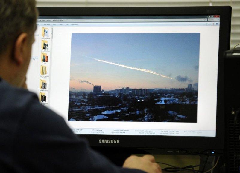 Žmogus peržiūri filmuotą medžiagą iš Čeliabinsko
