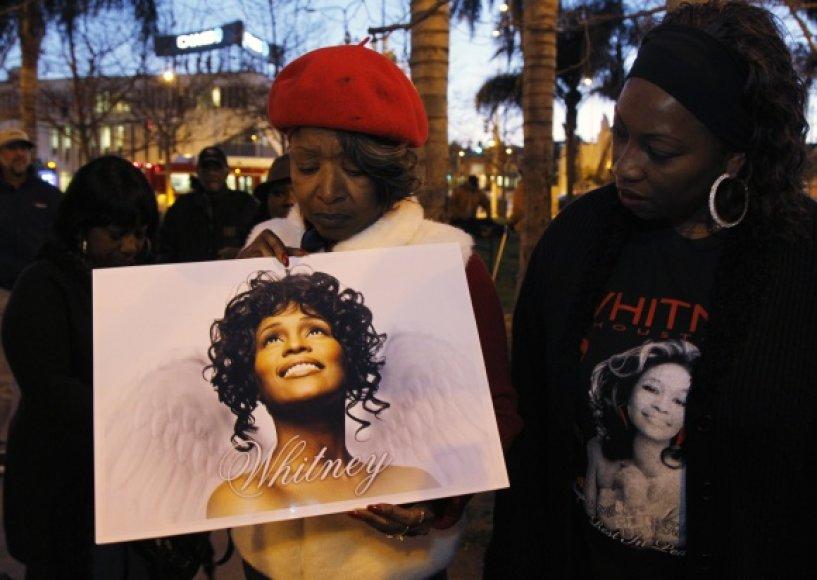Gerbėjai gedi Whitney Houston.