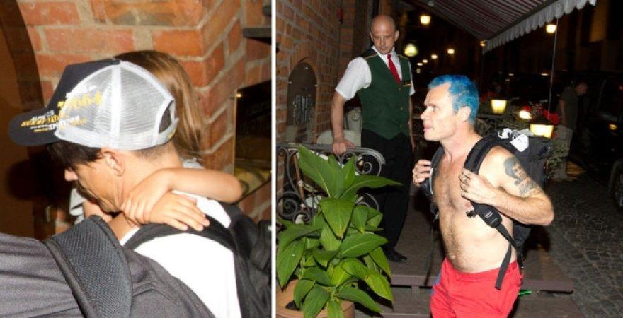 Anthony Kiedis su sūnumi Everly Bear ir RHCP bosininkas Flea Vilniuje prie viešbučio