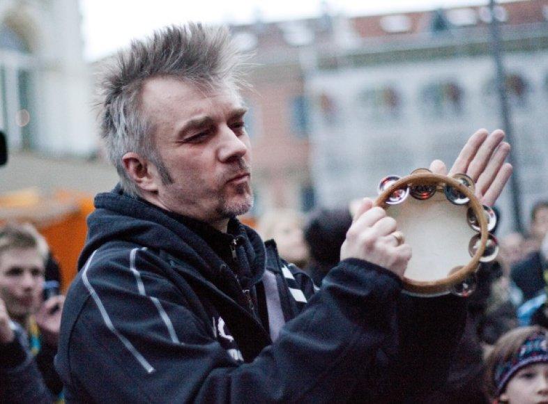 """Andrius Mamontovas baigiamajame Gatvės muzikos dienos būgnų koncerte """"Drum2gether""""."""