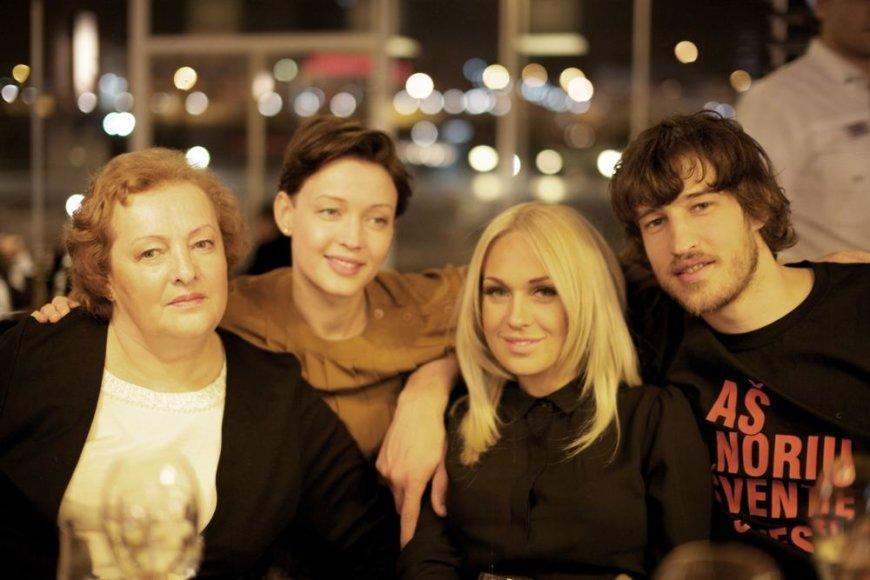 Simas Jasaitis su mama Regina (kairėje), sese Aiste ir mylimąja Oksana Pikul