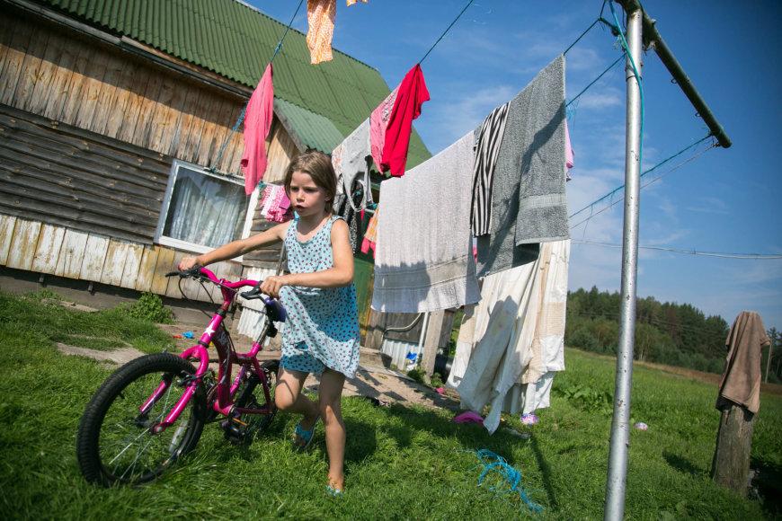 Juliaus Kalinsko / 15min nuotr./Keturis vaikus Kapčiamiesčio vienkiemyje auginančios Žanetos svajonė tik viena – vanduo namuose