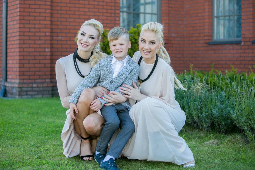 Juliaus Kalinsko / 15min nuotr./Natalija Bunkė su sūnumi Kristupu ir Kristina Ivanova