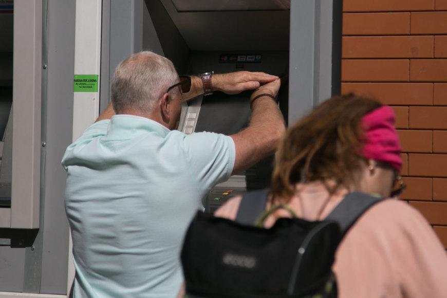 Juliaus Kalinsko / 15min nuotr./Pašvietus saulei bankomato ekrane nieko nesimato
