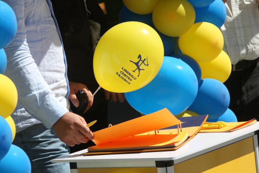 """Liberalų ir centro sąjungos nariai ir būrelis vilniečių pradėjo pildyti """"Trečiojo kelio knygą"""""""