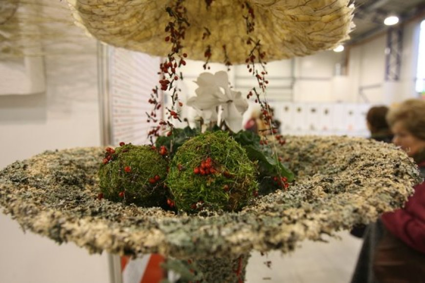 """Lietuvos floristų asociacija ir parodų centras """"Litexpo"""" vilniečius bei miesto svečius savaitgalį pakvietė į tradicinę """"Žiemos puokštę 2009"""". Lankytojai grožėjosi įspūdingo dydžio gėlių kompozicijomis ir neįtikėtinu darbų kruopštumu, o šventinę nuotaiką kūrė puoštos eglutės."""