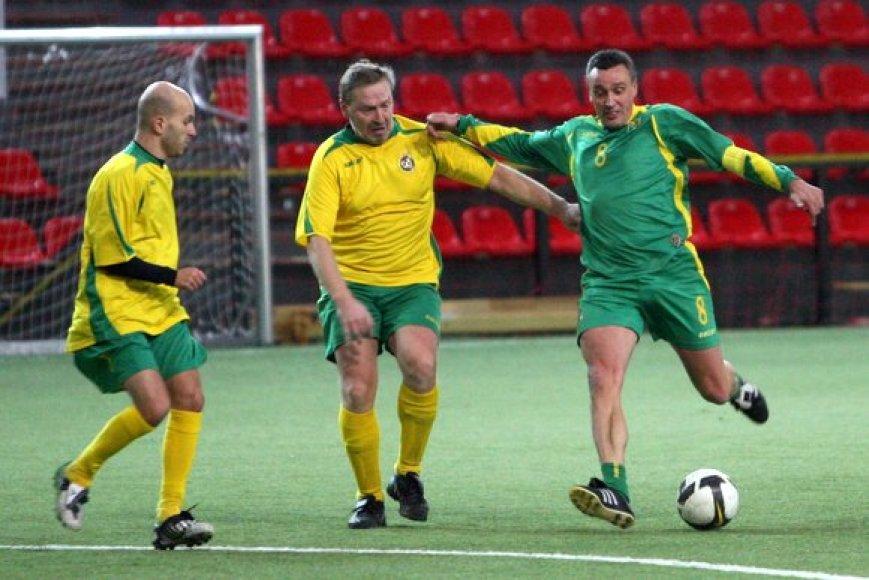 Aikštėje iš kairės: sporto žurnalistai Romanas Buršteinas, Virginijus Razmantas ir futbolo treneris Valdas Ivanauskas