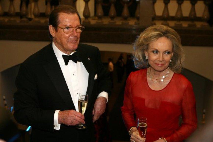 Legendinis aktorius Rogeris Moore'as su žmona Kristina