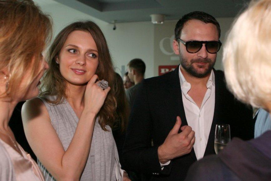 Belaukdami premjeros šnekučiavosi stilistas Mantas Petruškevičius ir verslininkė Asta Valentaitė.