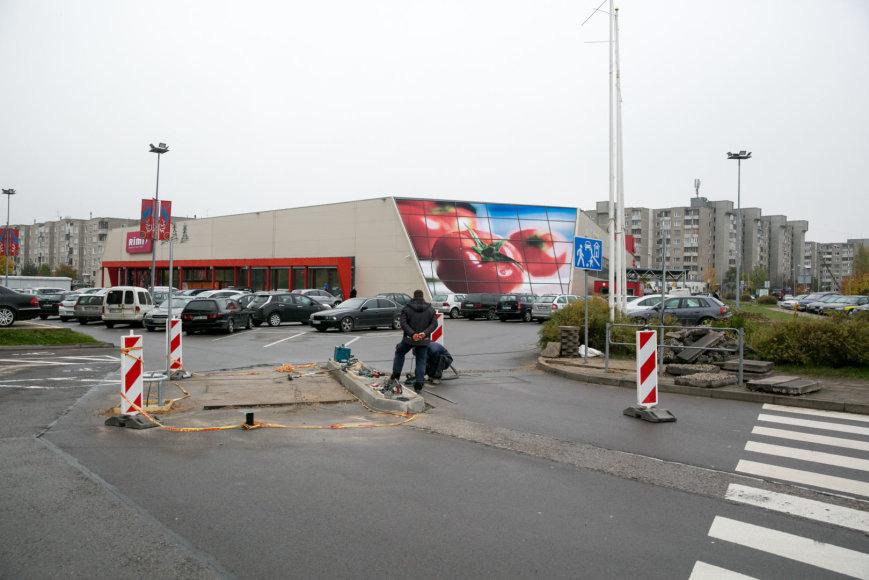 """Juliaus Kalinsko / 15min nuotr./Prie prekybos centro """"Rimi"""" statomi užkardai."""