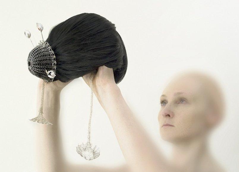 """Eglė Čėjauskaitė. """"Konfidenciali"""", 2009, sidabras, auksas, koralai, dirbtiniai plaukai."""