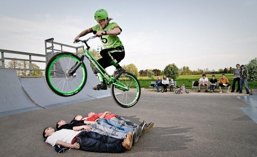 """Laidoje """"2 minutės šlovės"""" dalyvaus dviračių akrobatai"""