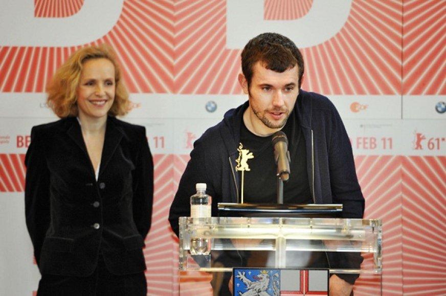 """Mantas Kvedaravičius ir """"Amnesty International"""" žiūri nare Juliane Kohler"""