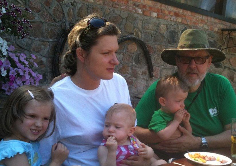 Virgis Stakėnas su dukra Agne ir anūkais