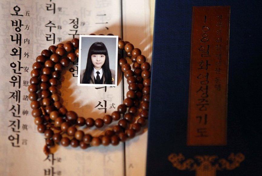 Motina vienoje Pietų Korėjos šventykloje meldžiasi, kad jos dukra gerai išlaikytų egzaminus
