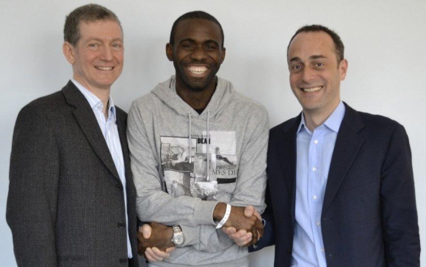 Fabrice'as Muamba (centre) dėkoja jį gydžiusiems gydytojams.