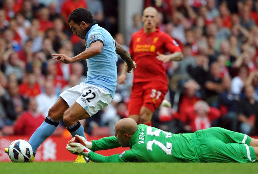 """Carlosas Tevezas (kairėje) pasinaudojo """"Liverpool"""" gynėjo Martino Skrtelio klaida."""