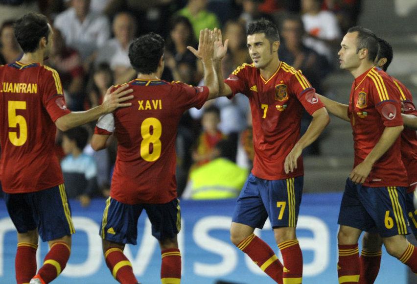 Ispanijos futbolo rinktinė sveikina po traumos sugrįžusį Davidą Villą (Nr. 7).