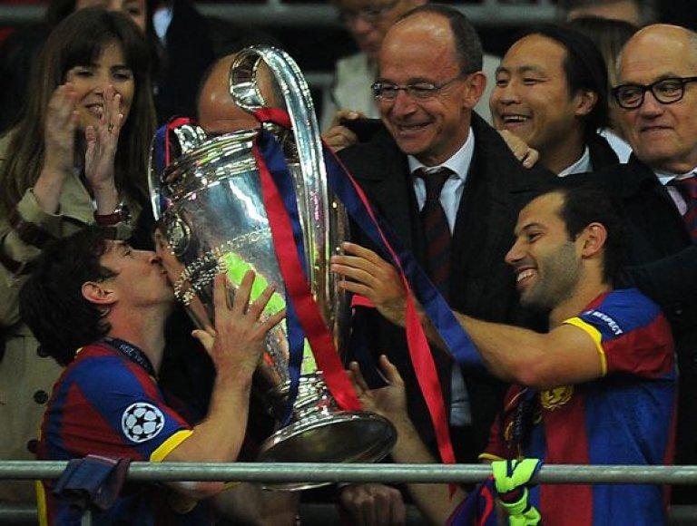 L.Messi bučiuoja taurę
