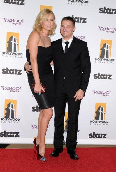 Charlize Theron ir Jeremy  Renneris