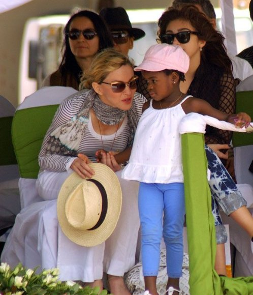 Madonna su dukrele Mercy James