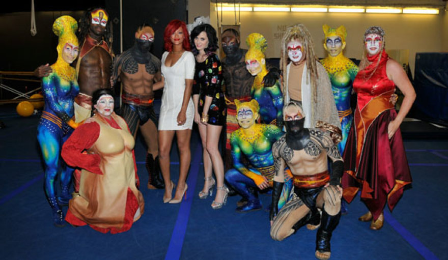 Katy Perry ir Rihanna su cirko artistais